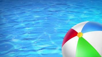 uma bola na piscina