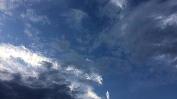 mouvement de nuages bas et de nuages élevés