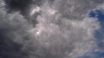 le mouvement des nuages sur le fond du ciel