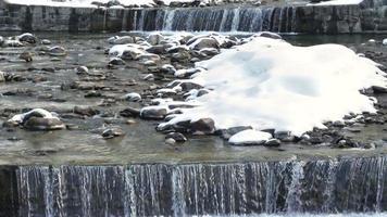 cascade de la rivière dans la neige