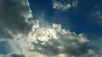 Movimiento de nubes de lapso de tiempo en sol brillante