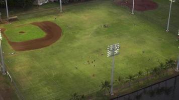 vista aérea del fútbol que se juega 4k
