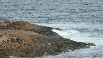 rochas da praia e oceano azul