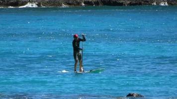 paddle boarder en el océano pacífico