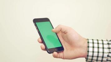 Mann mit iPhone - Chromakey / Greenscreen bereit 4k
