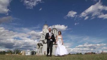 recién casados frente a una iglesia video