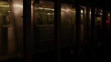carros escuros do metrô video