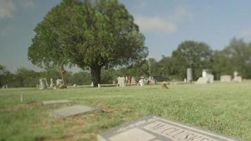 uma panela até um túmulo de cemitério video
