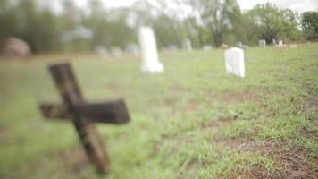 homem caminhando no cemitério video