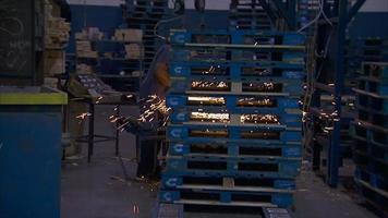 ein kommendes Schleifen in einer Fabrik