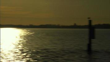 puesta de sol en el río video