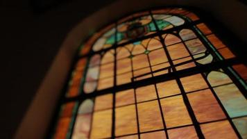 bajo vidrieras en una iglesia video