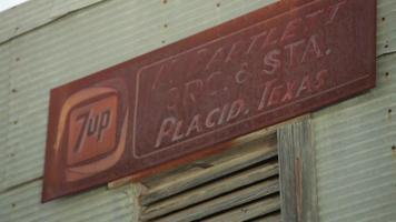 signe placide sur l'ancienne station-service