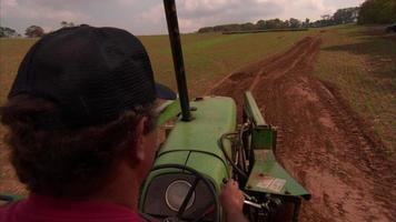 homme conduit un tracteur