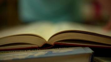 um close up do livro de abertura