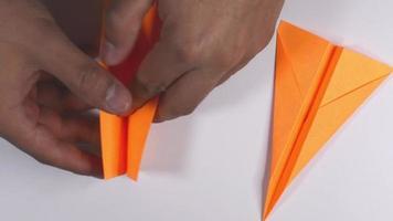 avião de origami. video