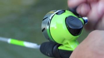 close-up enrolando em vara de pescar