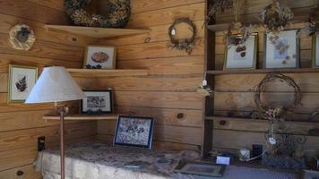una escena dentro de una casa de campo con varias chucherías.