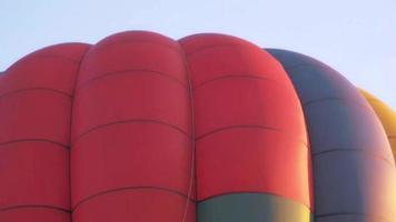 uma visão de perto da concha de um balão de ar quente
