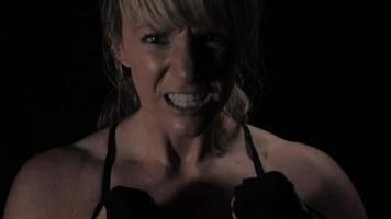 gritando mientras boxea