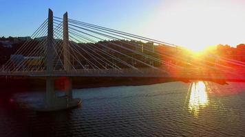 Puente de cruce de tilikum durante la puesta de sol