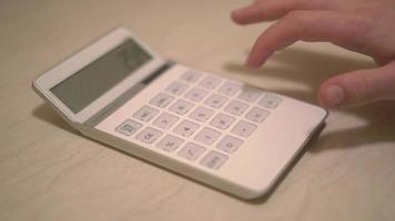 visão de pessoa digitando na calculadora 4k