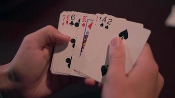 visão de pessoa olhando cartas na mão 4k