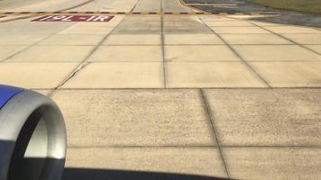avião na pista 4k video
