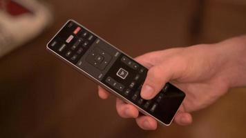 pessoa discando números em tv remoto 4k