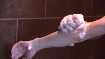 bras de lavage de personne 4k