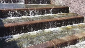 água fluindo degraus da escada 4k video