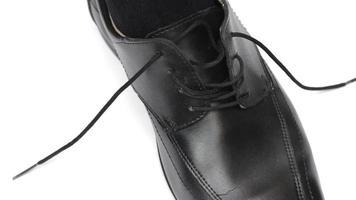 homem amarrando sapato