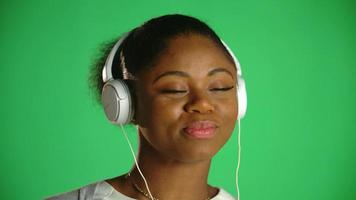 jovem afro-americana feliz fones de ouvido 1 video