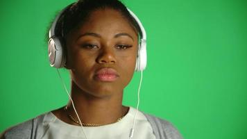 joven, mujer americana africana, pensativo, auriculares, 1