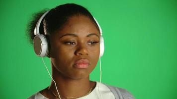 auscultadores pensativos jovem afro-americana 2