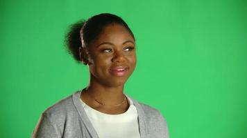 jovem afro-americana pensando sorrindo 2
