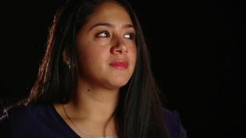 dunkelhaariges Mädchen traurig und wütend 1 video