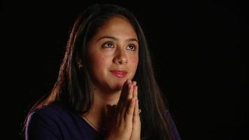 oração pensativa de menina de cabelo escuro 3