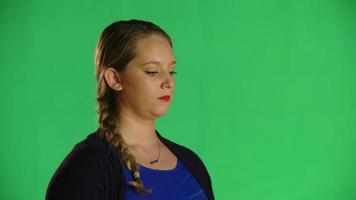 mulher loira olhar pensativo clipe de estúdio video