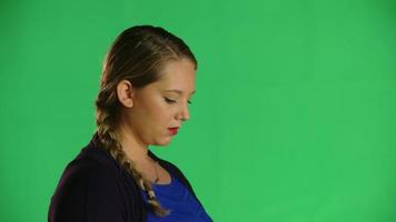 la donna fa un respiro profondo in studio clip