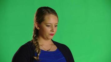 donna bionda prende una clip da studio di respiro profondo