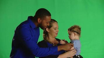 pai e mãe interagindo com clipe de estúdio de bebê