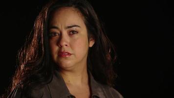jonge Spaanse vrouw kwetsbaar en verdrietig 2