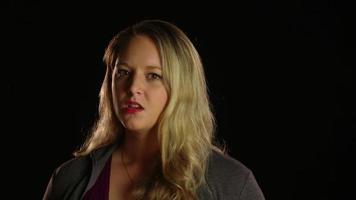 mujer enojada peinando su cabello video