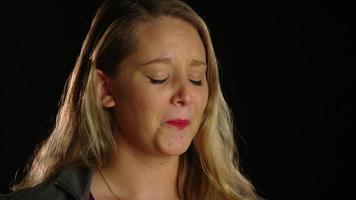 mujer llorando y volviendo su rostro hacia la izquierda