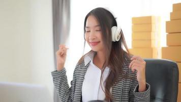 mujer escuchando musica en casa