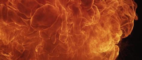 ignição de fogo rápido flamejando na escuridão em 4k