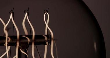 Extremo cerca del filamento de resorte que brilla y parpadea rápidamente en 4k