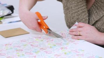 mulher cortando tecido com tesoura | filme de arquivo grátis video