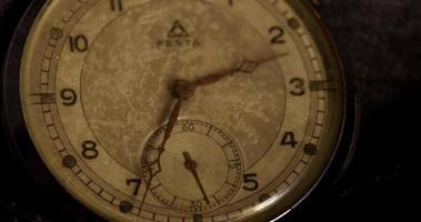 lapso de tempo de close-up dos ponteiros do relógio movendo-se das 2:30 às 3:00 em 4k